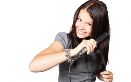 Chica con plancha de pelo